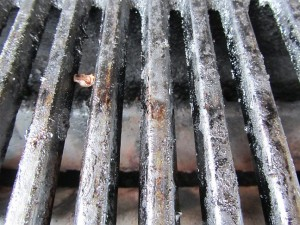 Fettiger verkrusteter Grillrost