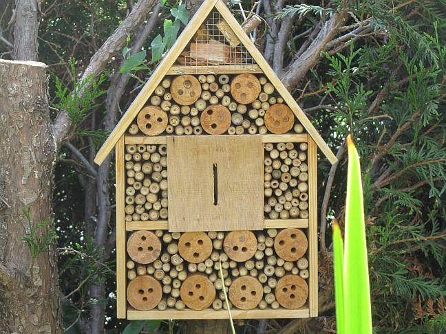 ein insekten oder bienenhotel nach welcher himmelsrichtung ausrichten und wo platzieren. Black Bedroom Furniture Sets. Home Design Ideas