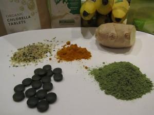 Die Zutaten für einen grünen Smoothie zum Entgiften was kommt alles in einen Detox Smoothie