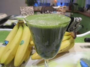 Ein grüner Smoothie der richtig gut schmeckt, entgiftet und nebenbei sehr gesund und nährstoffreich ist