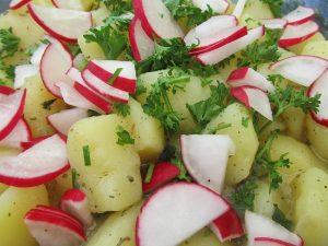 kartoffelsalat-mit-radieschen-und-gesunden-traubenkernoel-verfeinert