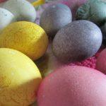 Ostereier natürlich färben und bemalen, statt zu bedenklichen Azofarbstoffen, auf Erdöl basierenden Farben und anderen chemischen Mitteln zu greifen